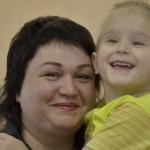 Маленький боец Ксюша и большой фронт мамы Елены. Детсад впервые принял детей-колясочников