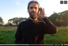 Положа руку на сердце: священник-блогер записывает видео о любви и радости на жестовом языке